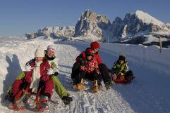 Rodeln mit der Familie (Tirler-Dolomites Living Hotel)