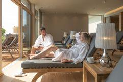 Romantische Auszeit in der Saunawelt mit Gartenblick (c) Bernhard Bergmann (Hotel Larimar)