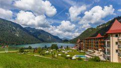 Romantischer Blick auf den Haldensee und das Resort Laterndl Hof (c) Peter Zotz (Romantik Resort und Spa Der Laterndl Hof)
