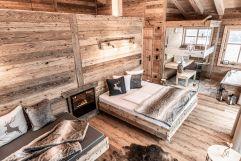 Romatisches Wohnzimmer mit Doppelbett im Kuschel-Chalet (c) ratko-photography (Benglerwald Berg Chaletdorf)