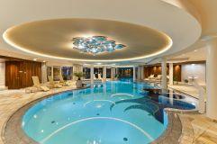 Royal Beauty Spa mit großem Innenpool und Ruheliegen im Hotel Trofana Royal