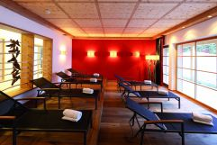 Ruheraum mit Liegen und Panoramafenster (Tirler-Dolomites Living Hotel)