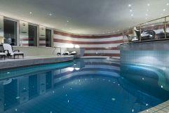 Ruhiger Indoor Pool mit Liegebereich (c) Rainer Hofmann Photodesign (Hotel Zürserhof)