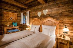 Rustikales Schlafzimmer (c) www.guenterstandl.de (Hüttenhof - Wellnesshotel und Luxus-Bergchalets)