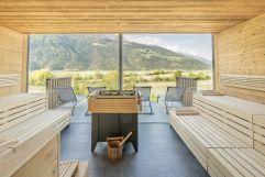 Sauna mit Panoramafenster im Sommer (Wanderhotel Vinschgerhof)