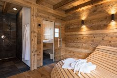 """Sauna und Dusche im Pemium-Chalet """"s´bsundrè"""" (c) www.studiowaelder.com (Alpzitt Chalets)"""