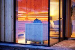 Saunabereich in der Dämmerung des Hotels MorgenZeit (c) Youngmedia