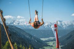 Schaukeln vor der Naturidylle Gsieser Tal und den Dolomiten (Hotel Quelle Nature Spa Resort)