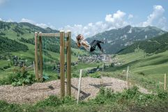Schaukelpfad mit einer einfachen Wanderung (c) Liechtenstein Marketing (Hotel Gorfion Familotel)