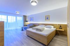 Schlafbereich mit Couch im neuen Apartment (c) Martin Ludwig (Wohlfühlhotel Schiestl)