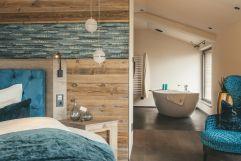 Schlafzimmer mit angrenzendem Badezimmer im Penthouse des Chalet Salena (c) Michael Huber (Hotel Quelle Nature Spa Resort)