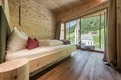 Schlafzimmer mit Bergblick in der Panoramasuite (Naturhotel Rainer)