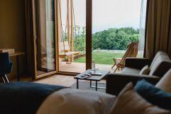 Schlafzimmer mit Blick ins Grüne im neuen Panoramazimmer (c) Karin Bergmann (Ratscher Landhaus)