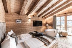 Schlafzimmer mit freistehender Wohlfühlwanne und Balkon (c) ratko-photography (Benglerwald Berg Chaletdorf)