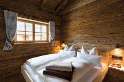 """Schlafzimmer mit wohlduftendem Zirben-Kuschelbett im Kuschel-Chalet """"s´gmietlenè"""" (c) www.studiowaelder.com (Alpzitt Chalets)"""