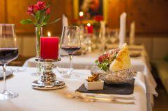 Schmackhafte Speise auf wunderschön gedecktem Tisch (IMPULS HOTEL TIROL)