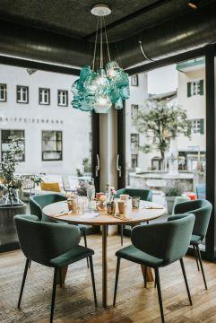 Schön gedeckter Tisch im BLÜ Restaurant (Hotel Blü Gastein)