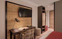 Schreibtisch im Wohlfühlzimmer (c) guenterstandl.de. (Hotel Traumschmiede und Gasthof zur alten Schmiede)