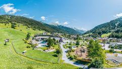 Schwimmbad und Kinderspielplatz in St. Anton (c) TVB St. Anton am Arlberg Patrick Bätz (VALLUGA Hotel)