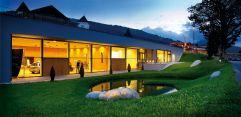 Seminarbereich von außen abends im Sommer (c) Edward Groeger art in action (Der Krallerhof)