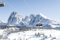 Sessellift mit wunderschöner Aussicht auf die verschneite Berglandschaft (c) IDM Südtirol (Hotel Sun Valley)