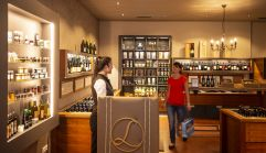 Shopping in der neuen Larimar-Vinothek (c) Bernhard Bergmann (Hotel Larimar)