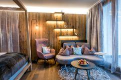Sitzecke in der Suite mit Beleuchtung (Bayerwaldresort Hüttenhof)