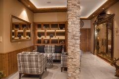 Sitzmöglichkeiten in der Lobby des Hotels Alpina Kössen
