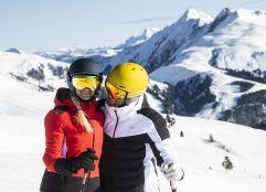 Skifahrer Paar auf dem Berg (c) Wildkogel - Arena Neukirchen & Bramberg