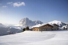 Skifahrer auf der Alm im Winter (c) IDM Südtirol (Hotel Sun Valley)