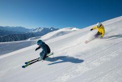 Skifahrer beim Carving mit Blick auf Kolm Saigurn (c) Michael Gruber (Tourismusverband Rauris)