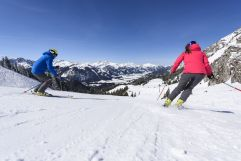 Skifahrer nutzen die tollen Pisten (Hotel Bergblick)