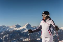 Skifahrerin macht Pause vor Bergpanorama in Olang © TVB Kronplatz - Photo Harald Wisthaler