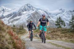 Skirennläufer Simon Maurberger beim Mountainbiken im Ahrntal (c) Filippo Galluzzi (Tourismusverein Ahrntal)