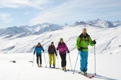 Skitour in der Gruppe in den verschneiten Bergen (c) TVB Wald (Biohotel Castello Königsleiten)