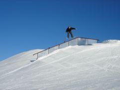 Snowboarder fährt eine Rampe hinunter (c) Peter Leitner (Alpengasthof Zollwirt)