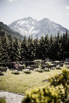 Sonnenbaden mit Panoramablick auf die Berge  auf der Liegewiese (c) Aileen Melucci (Wellnesshotel Walserhof - Kleinwalsertal Hotels)