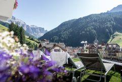 Sonnenliegen auf der Liegewiese mit Blick auf die Berge (c) Daniel Demichiel (Hotel Sun Valley)