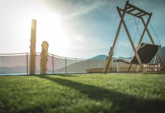 Sonnenliegen im Hubertus Park bei herrlichem Wetter (Alpin Panorama Hotel Hubertus)