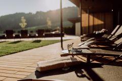 Sonnenliegen laden zum Entspannen ein (c) Karin Bergmann (Ratscher Landhaus)