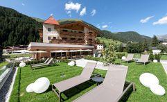 Sonnenliegen zur Entspannung auf der Liegewiese (Alpinhotel Berghaus)