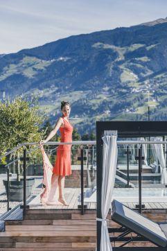 Sonnenstrahlen auf der Terrasse genießen (c) Tiberio Sorvillo (Hotel Golserhof)