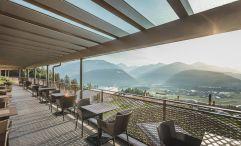 Sonniger Ausblick von der eleganten Terrassenlounge (Alpin Panorama Hotel Hubertus)