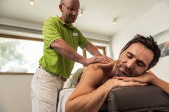 Spaleiter Gerhard verwöhnt die Gäste bei einer Massage (PURADIES Hotel & Chalets)