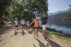 Spaziergang mit der Familie am Lago di Levico entlang (c) Federico Modica (TVB Valsugana Lagorai)