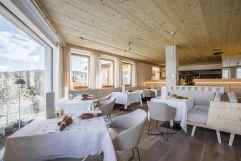 Speiesesaal Veranda Vallazza mit Ausblick im Winter (Hotel Tann)