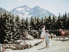 Spielen vor herrlichem Bergpanorama im Hotelgarten (c) Aileen Melucci (Wellnesshotel Walserhof - Kleinwalsertal Hotels)