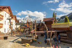 Spielplatz im Aussenbereich (Leading Family Hotel und Resort Alpenrose)