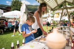 Stände beim Dorfmarkt im Sommer (Tourismusverband Krimml)