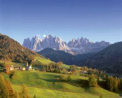 Stephanshof umgeben von alpiner Sommerlandschaft (c) Südtirol MarketingClemens Zahn (winzerhotels)